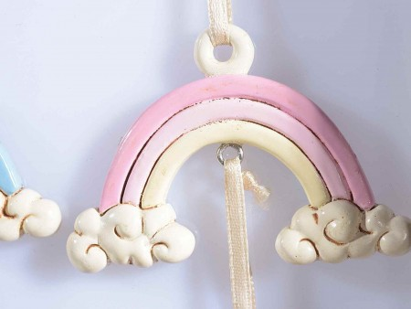 Cicogna in resina con arcobaleno rosa da appendere