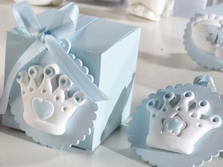Rendete ancora più belle le vostre bomboniere o sacchetti portaconfetti con queste deliziose decorazioni nascita e battesimo color azzurro in gesso